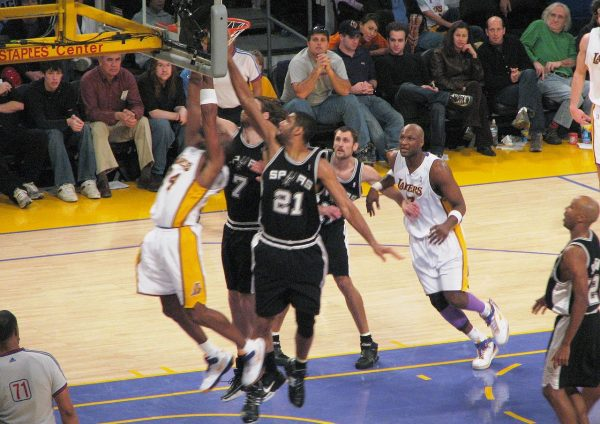 1280px-Spurs_vs_Lakers